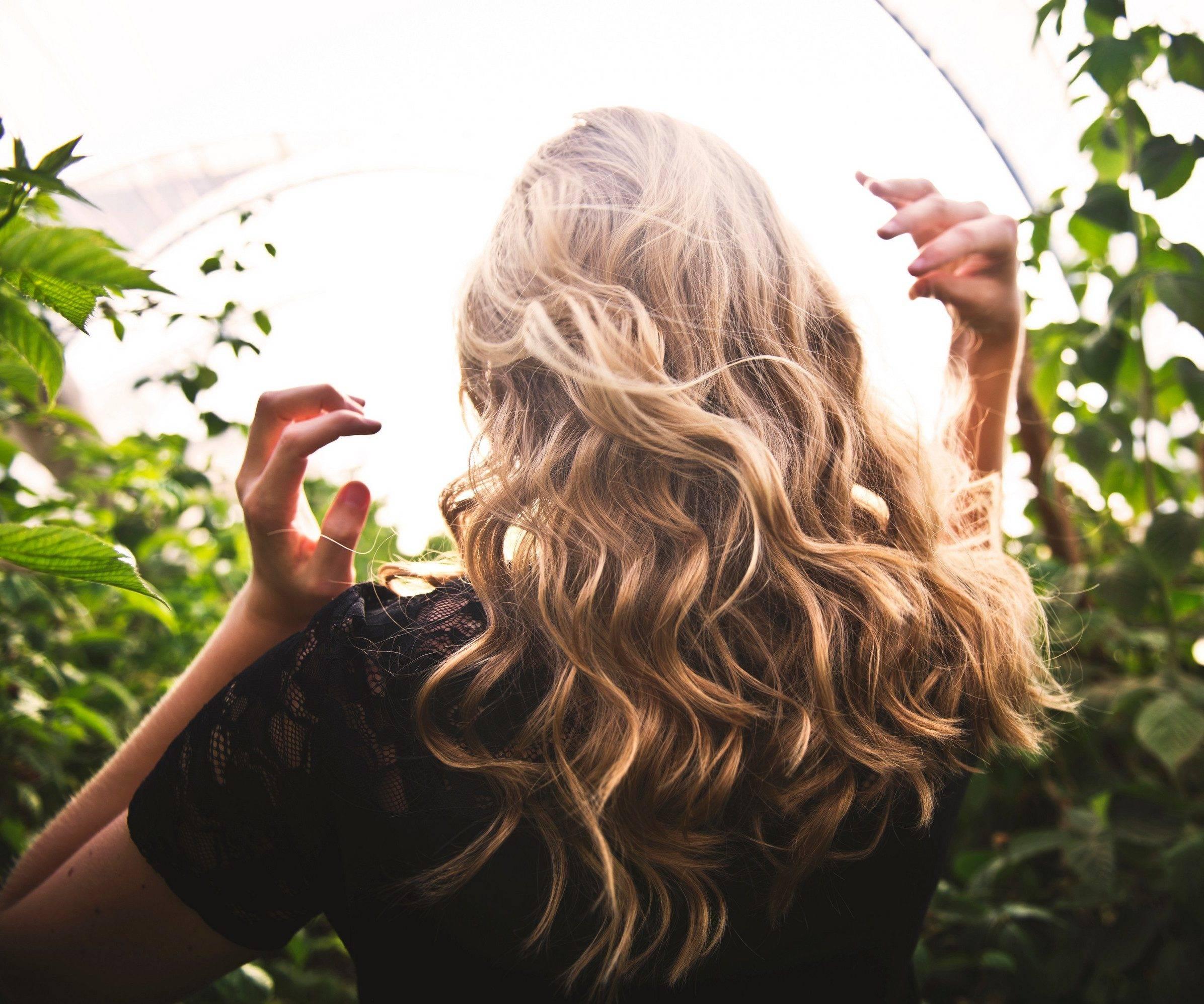 Loura cabelo ondulado mechado