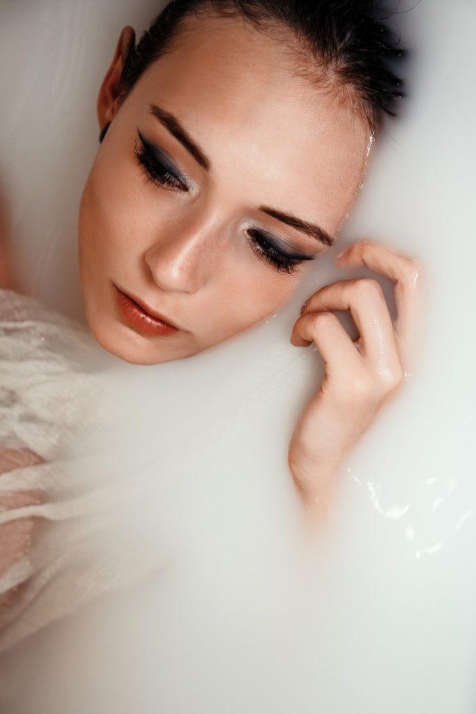 Foto de sobrancelhas fio a fio em BH modelo maquiada